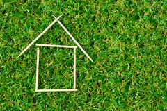 Musterhaus auf grünem Gras Lizenzfreie Stockbilder