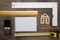 Musterhaus und Ziehwerkzeuge Stockfotografie