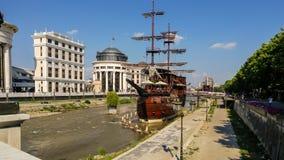 Mustern Sie Brücke und das archäologische Museum in Skopje lizenzfreie stockfotos