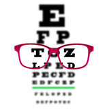 Mustern Sie das Sehtestdiagramm, das durch Augengläser, weißen Hintergrund gesehen wird Stockfoto