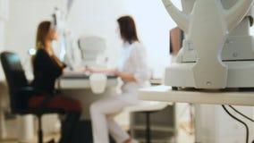 Mustern Sie Diagnoseklinikkonzept - Optiker mit tonometer und den Patienten, verwischt stockfoto