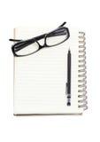 Mustern Sie Gläser mit mechanischem Bleistift und Mappennotizbuch. Stockfotos