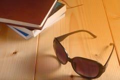 Mustern Sie Gläser und Stapel Bücher auf Holztisch Lizenzfreie Stockfotografie