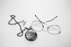 Mustern Sie Gläser und Taschenuhr auf weißem Hintergrund stockfoto