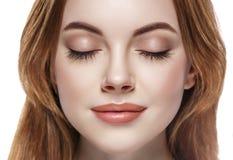 Mustert die Frau geschlossene Augenbrauenpeitschen-Gesichtsnahaufnahme, die auf Weiß lokalisiert wird Lizenzfreie Stockfotos