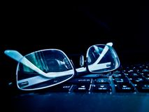 mustert Gläser auf Tastatur der Laptop-Computers stockfotos