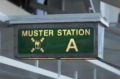 Musterungsstationszeichen, das Passagiere auf die Rettungsboote verweist Stockbild