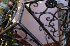 Musterweinlese-Schmiedeeisentreppenhaus mit dem verzierten Weihnachtsbaum im Innenraum stockbilder