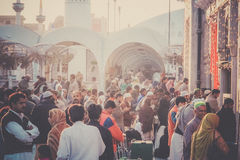 Musulmanes en mezquita en los rezos de viernes Foto de archivo libre de regalías