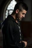 Musulmanes jovenes Guy Praying Foto de archivo
