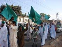 Musulmanes que aumentan banderas verdes Imagen de archivo libre de regalías