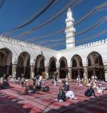 Musulmanes que ruegan en la mezquita de Quba foto de archivo libre de regalías