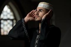 Musulmanes que ruegan en mezquita Fotos de archivo