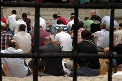 Musulmanes que ruegan en Sarajevo, Bosnia imagen de archivo