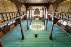 Musulmanes que ruegan solamente en la mezquita Foto de archivo