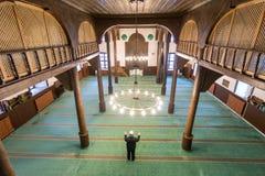 Musulmanes que ruegan solamente en la mezquita Fotografía de archivo libre de regalías
