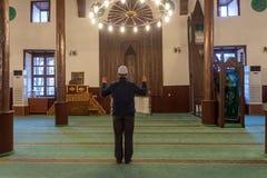 Musulmanes que ruegan solamente en la mezquita Fotografía de archivo