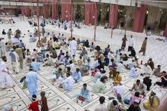 Musulmani che aspettano tempo alla rottura velocemente Fotografia Stock Libera da Diritti