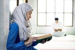 Musulmani che leggono dal Corano fotografie stock libere da diritti
