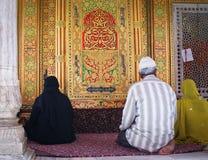 Musulmani che pregano nel santuario di Nizamuddin, Nuova Delhi Fotografia Stock
