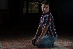 Musulmani che pregano nella moschea Fotografie Stock