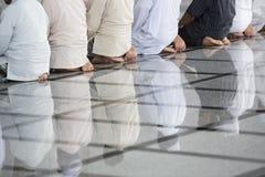 Musulmani che pregano in una moschea, religione di islam Immagini Stock