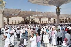 Musulmani dopo la parte anteriore della moschea di Nabawi, Medina di preghiere di venerdì Immagini Stock