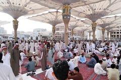 Musulmani dopo la parte anteriore della moschea di Nabawi, Medina di preghiere di venerdì Fotografia Stock Libera da Diritti