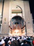 Musulmans devant Bab As Salam Door Masjid Nabawi, la Médina Image libre de droits