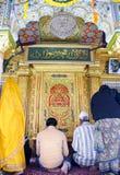 Musulmans et hindus priant dans le tombeau de Nizamuddin Photos libres de droits