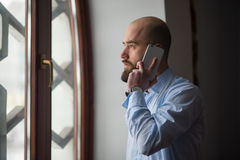 Musulmans parlant au téléphone Photo stock