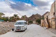 Muszkat Oman, Grudzień, - 16, 2018: Samochód droga w starej wiosce w Muszkatołowym terenie obrazy royalty free