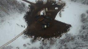 Musztrujący głębokiego z wiertniczym takielunkiem w pole naftowo-gazowe w zima lesie dobrze lokalizuje w Kamchatka pole zbiory