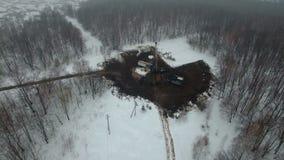 Musztruj?cy g??bokiego z wiertniczym takielunkiem w pole naftowo-gazowe w zima lesie dobrze lokalizuje w Kamchatka pole zbiory
