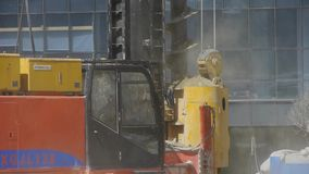 Musztruje maszynerię pracuje w budowie & podnosi piasek zbiory