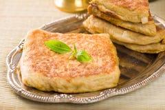 Mutabbaq een populair Arabisch ramadan voedsel waar brood indien gevuld met Stock Foto