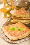 Mutabbaq ein populäres arabisches Lebensmittel wo Brot, wenn Sie mit Fleisch angefüllt werden Lizenzfreie Stockbilder