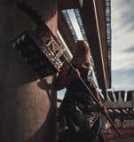 Mutantmonster mit Waffe in der Form des Hammers, der Säge und der Axt Ima Lizenzfreies Stockfoto