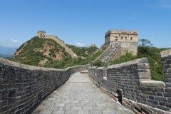 Mutianyu, sekcja wielki mur Chiny Góry i wzgórzy pasma otaczający zielonymi drzewami podczas lata Hua zdjęcie royalty free