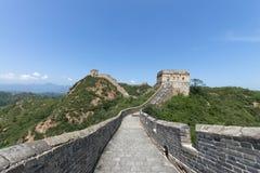 Mutianyu, sekcja wielki mur Chiny Góry i wzgórzy pasma otaczający zielonymi drzewami podczas lata Hua obraz royalty free