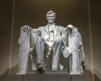 Mutige Beleuchtung für berühmte Lincoln-Statue Stockfotos
