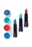 Mutige Lippenstifte und Lidschatten in zusammenpassenden Farben Stockfotografie