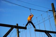 Mutiger Junge, der einen großen riskanten Jobstepp unternimmt Lizenzfreies Stockfoto