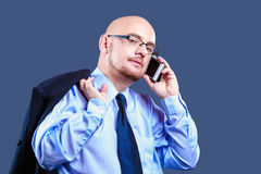Mutiger vorangegangener Kerl mit den Gläsern, die einen Telefonanruf machen Lizenzfreies Stockfoto