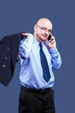 Mutiger vorangegangener Kerl mit den Gläsern, die einen Telefonanruf machen Stockfotografie
