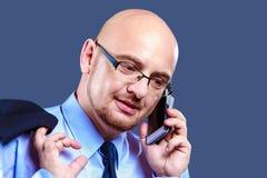 Mutiger vorangegangener Kerl mit den Gläsern, die einen Telefonanruf machen Lizenzfreie Stockfotos