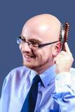 Mutiger vorangegangener Kerl mit Gläsern bürstet seinen Kopf Lizenzfreies Stockbild