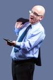 Mutiger vorangegangener Kerl mit Gläsern erhält gute Nachrichten am Telefon Lizenzfreie Stockbilder