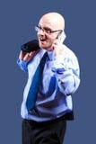 Mutiger vorangegangener Kerl mit Gläsern erhält gute Nachrichten am Telefon Stockfoto