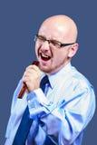 Mutiger vorangegangener Kerl mit Gläsern singt in einer Bürste Stockbilder